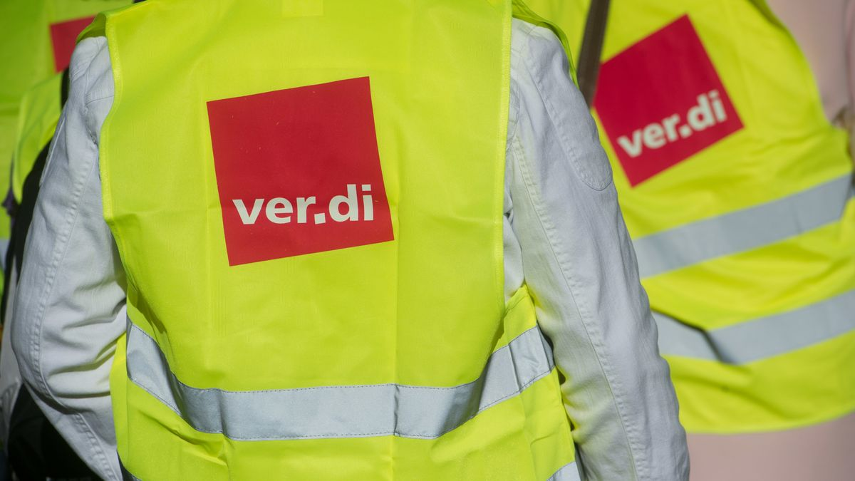 Zwei Menschen tragen gelbe Warnwesten der Gewerkschaft Verdi.
