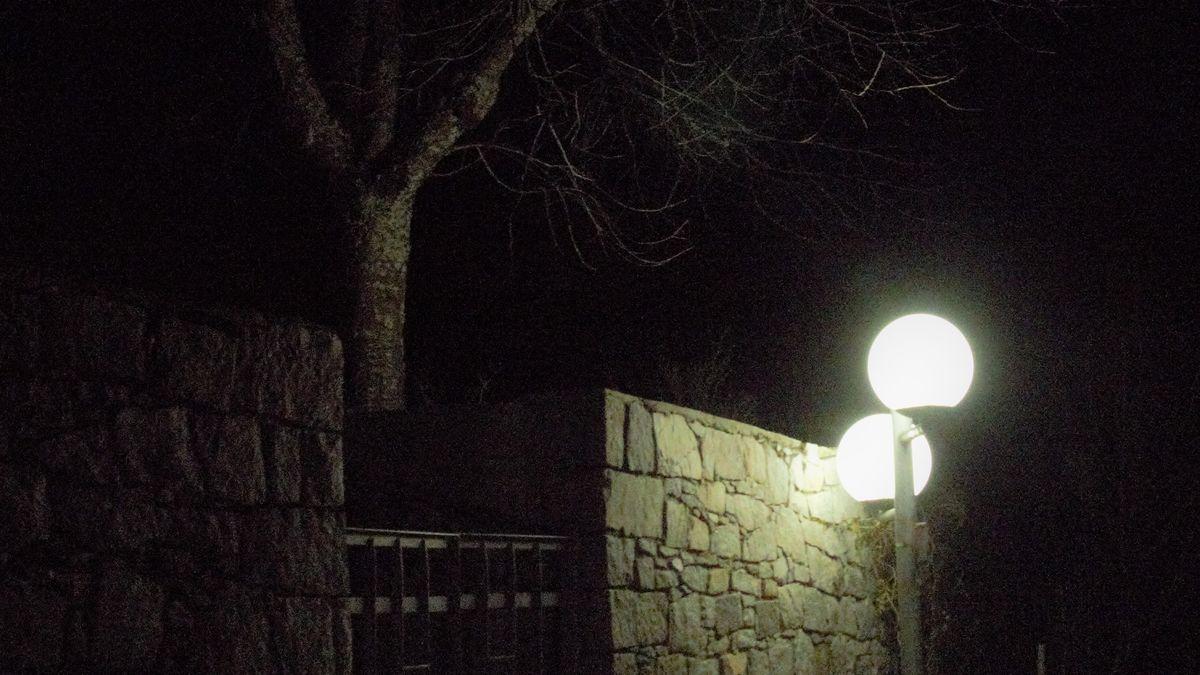Ein Negativbeispiel für Beleuchtung: Kugelleuchten geben mehr als die Hälfte des Lichts nach oben ab