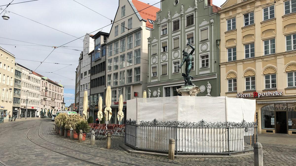 Merkurbrunnnen in Augsburg mit Planen