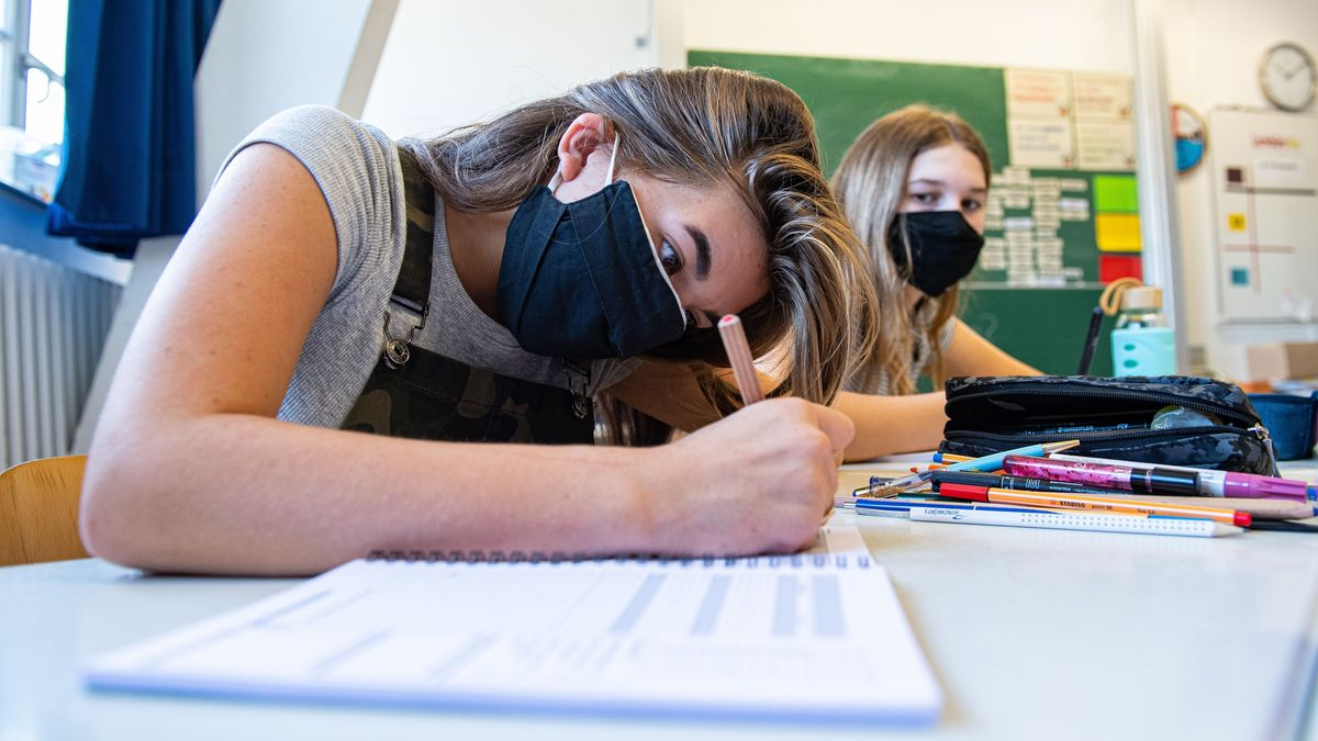 Schülerinnen einer achten Klasse mit Mund-Nase-Schutz.