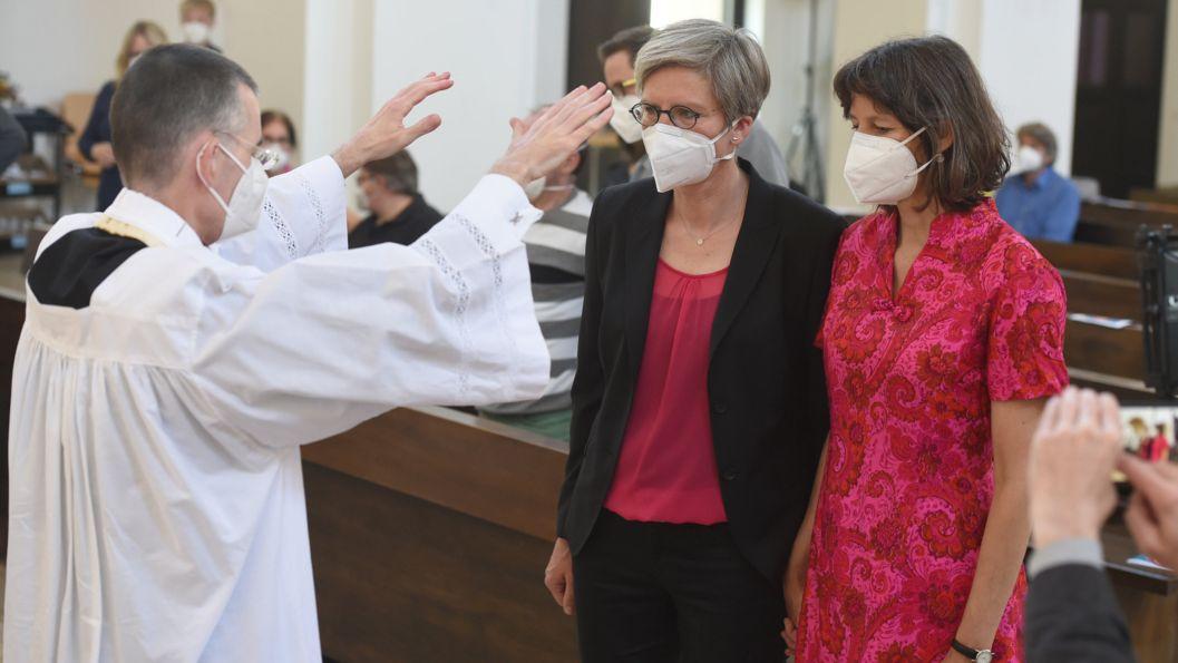 Christine Waltner und Almut Münster haben in München an der Segensfeier von Wolfgang Rothe teilgenommen.