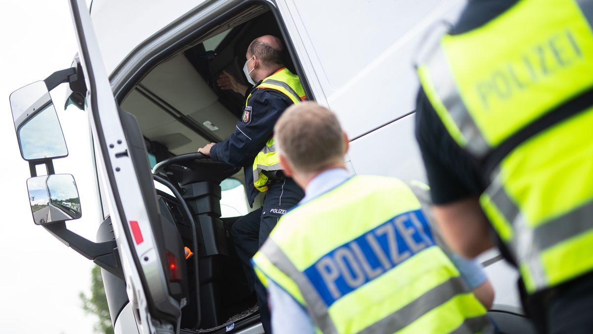 Polizisten kontrollieren einen Lkw. (Symbolbild)