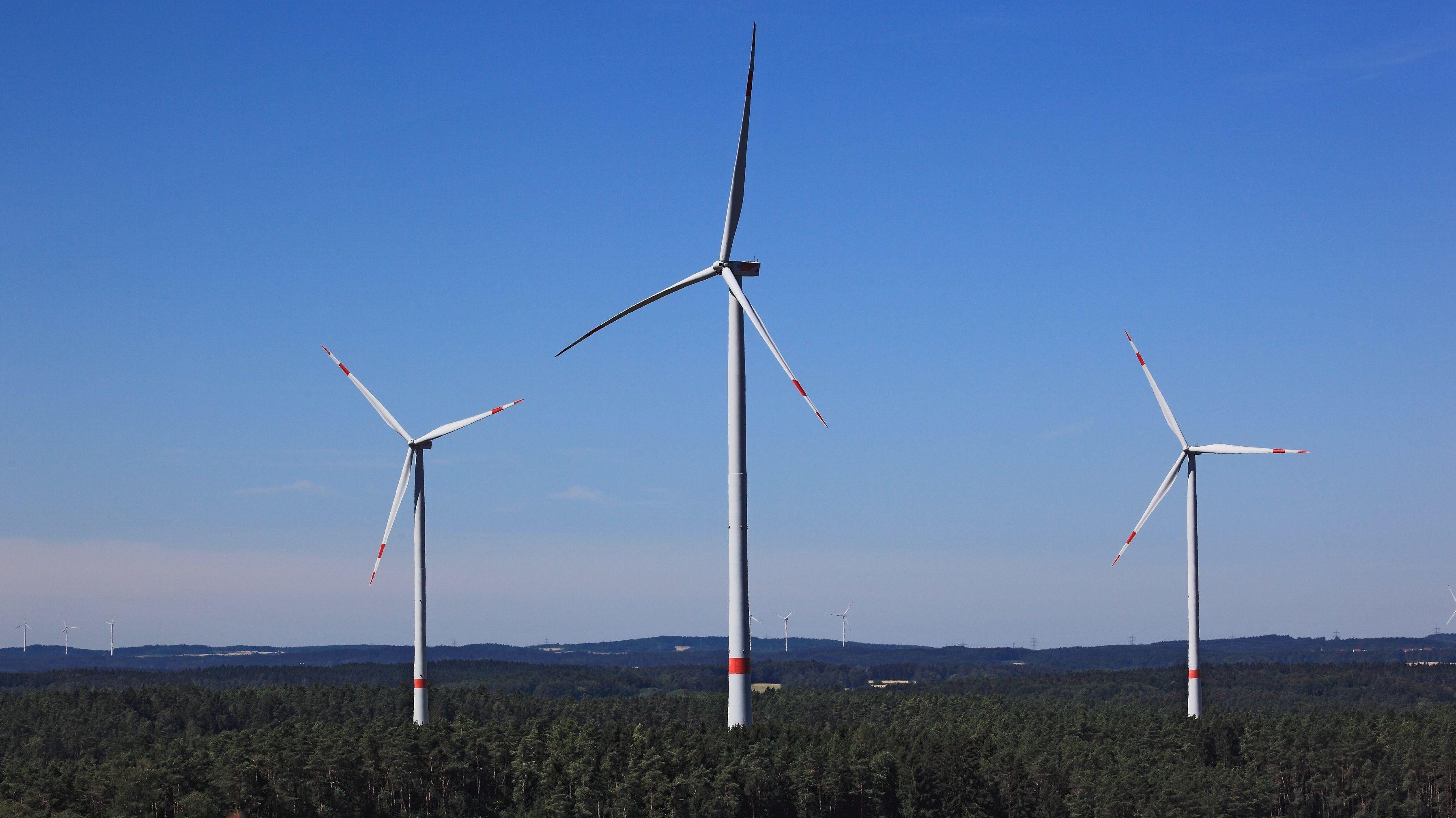Windgeneratoren in der Landschaft, Bayern, Deutschland