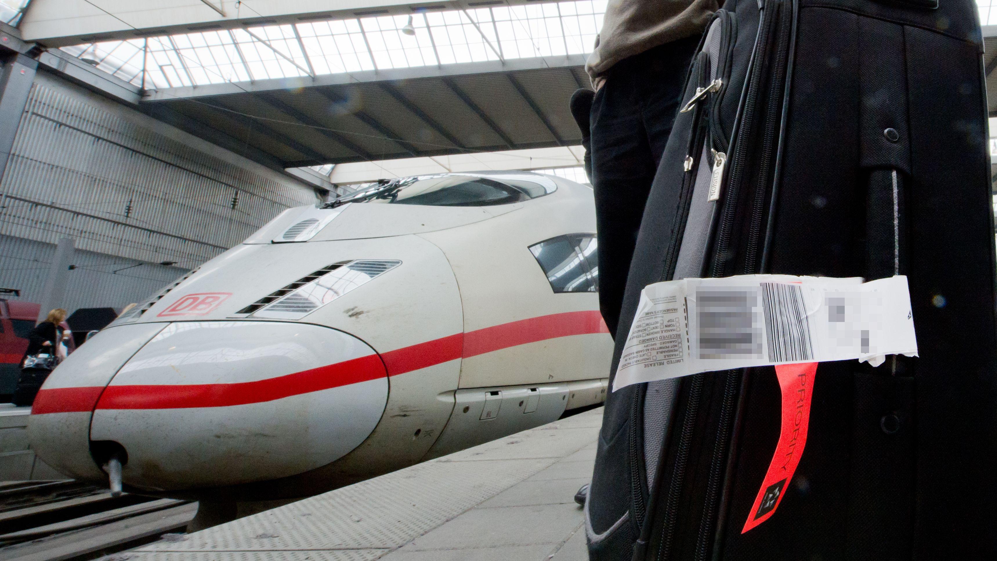 Fluggast mit Gepäck am Münchner Hauptbahnhof