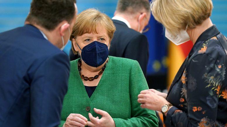 Bundeskanzlerin Merkel am 12.05.2021 im Gespräch mit Ministern Spahn und Karliczek | Bild:picture alliance