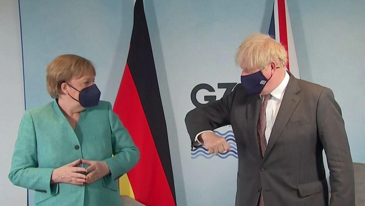 Großbritanniens Premier Johnson (re.) bietet Bundeskanzlerin Merkel den Ellenbogen-Gruß an