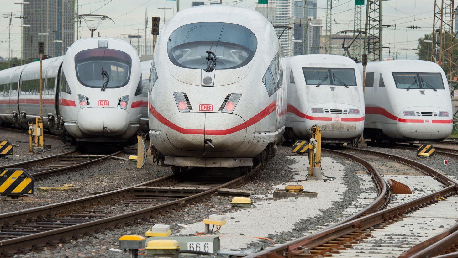 Abgestellte ICE-Triebwagen am Hauptbahnhof Frankfurt