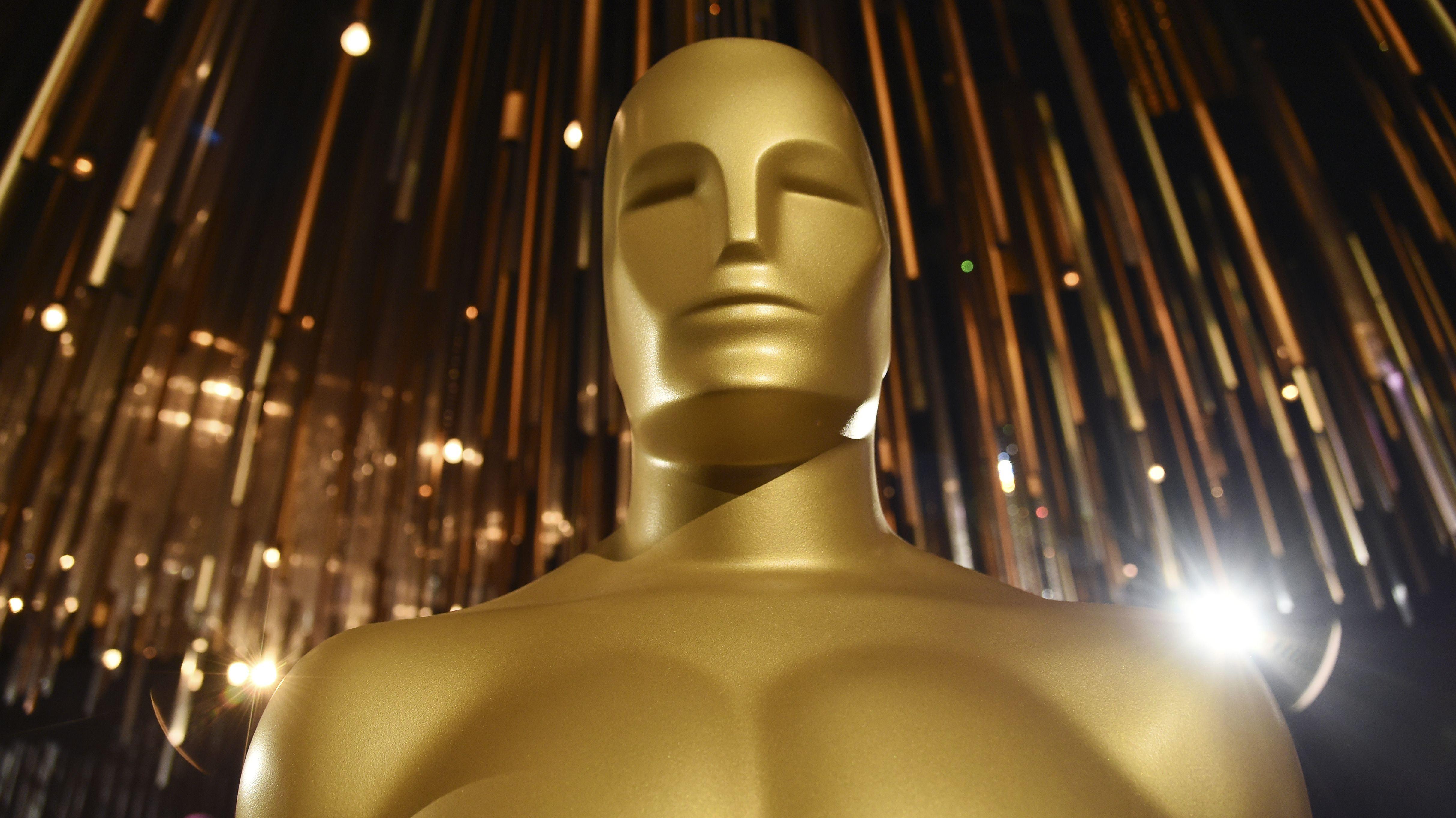 Goldene Oscar-Statue vor dem Hintergrund festlicher Beleuchtung