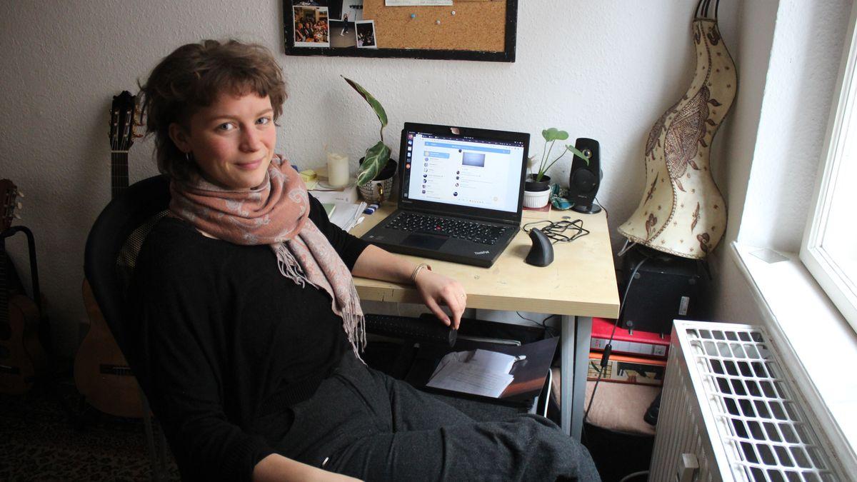 Eine Person sitzt an einem Schreibtisch