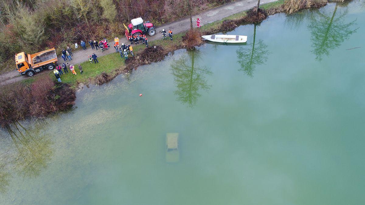Das Fahrzeug unter Wasser, aufgenommen von einer Drohne