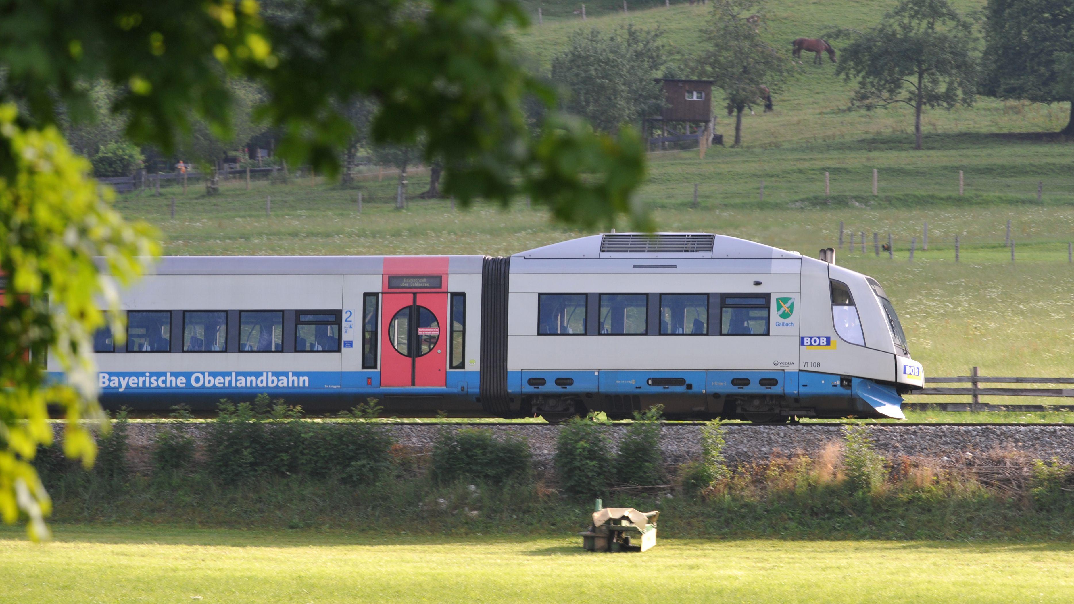 Die Bayerische Oberlandbahn (BOB) fährt durch das Land in der Nähe der Ortschaft Osterhofen.