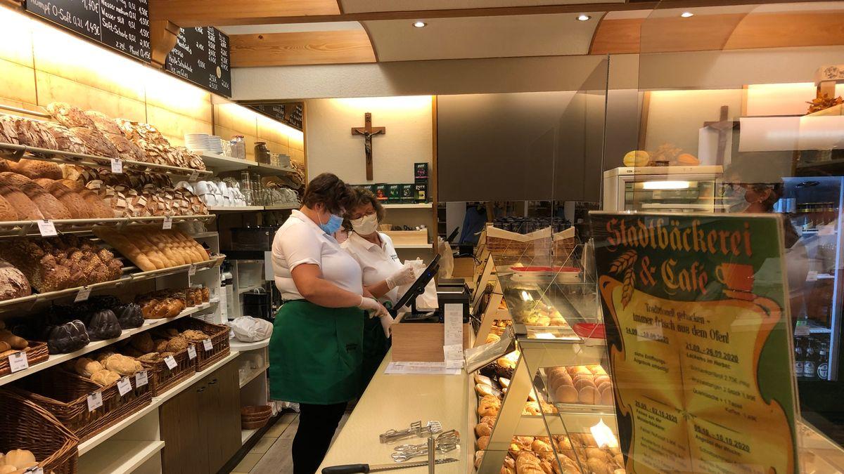 Verkäuferinnen hinter Bäckereitresen