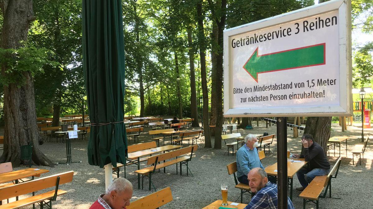 Im Hacklberger Biergarten in Passau wird mit einem Schild auf den Mindestabstand hingewiesen