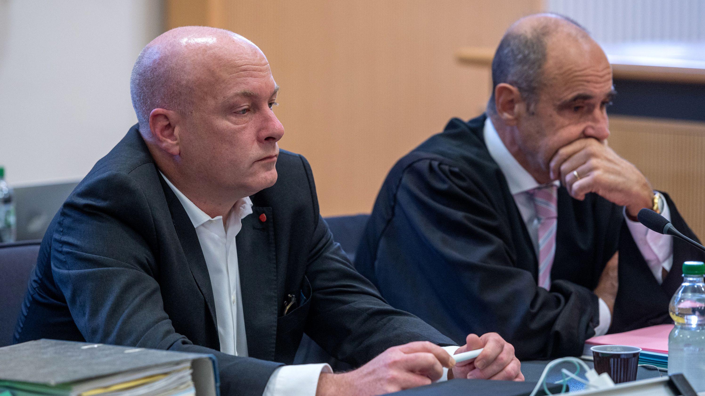 Joachim Wolbergs sitzt im Verhandlungssaal im Landgericht neben seinem Rechtsanwalt Peter Witting.