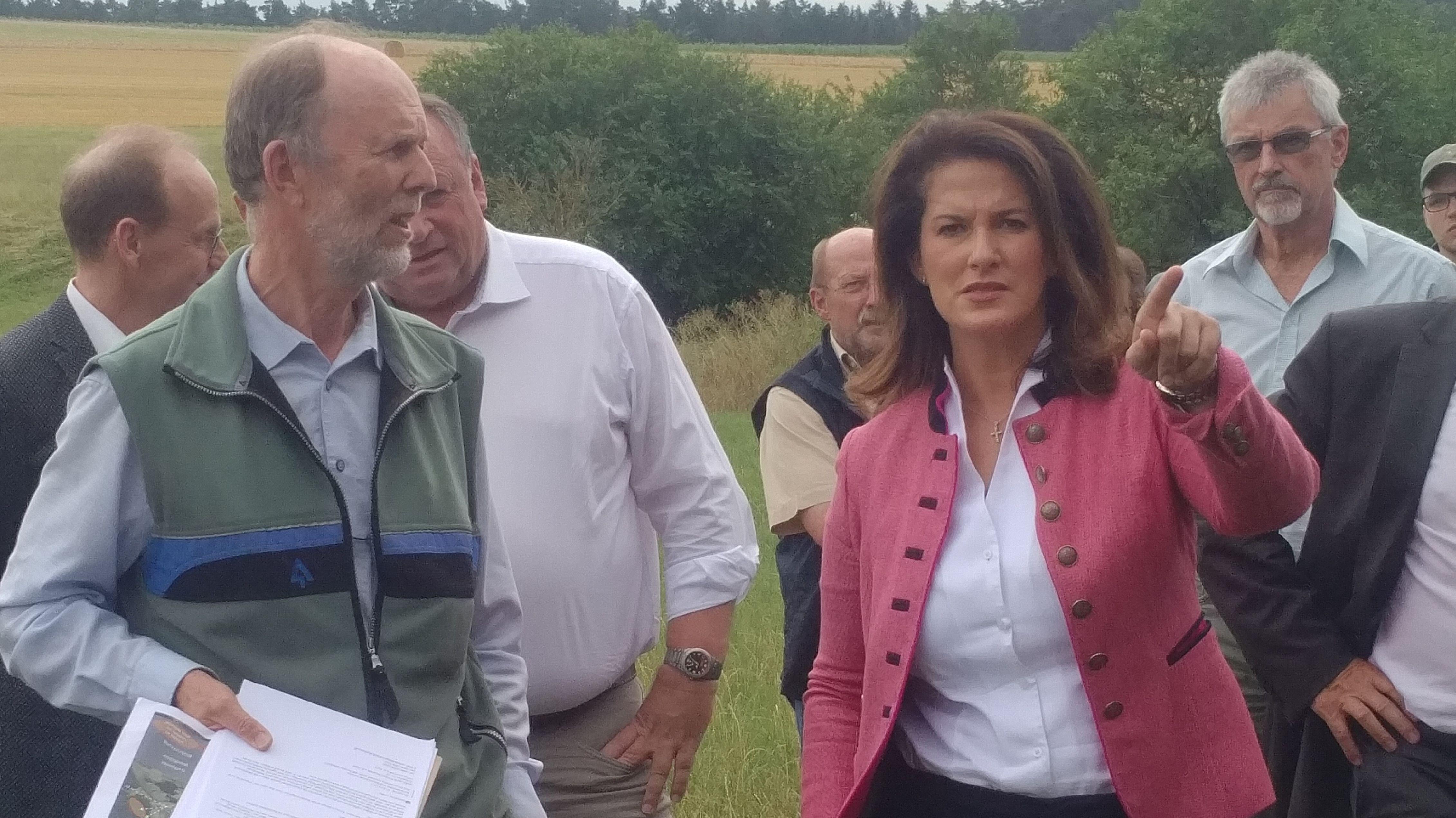 Bayerns Landwirtschaftsministerin Michaela Kaniber informiert sich in Bad Windsheim über Waldschäden durch Hitze.