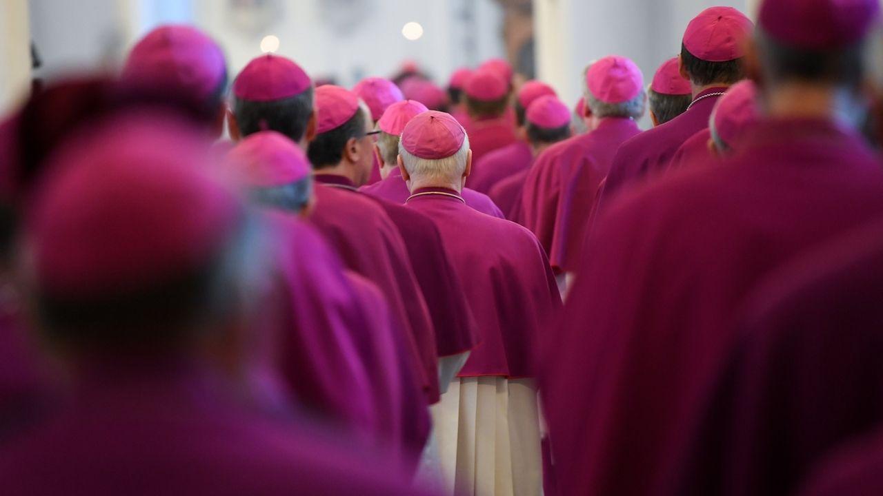 Die Mitglieder der Deutschen Bischofskonferenz gehen beim Eröffnungsgottesdienst der Herbst-Vollversammlung der Deutschen Bischofskonferenz in den Dom