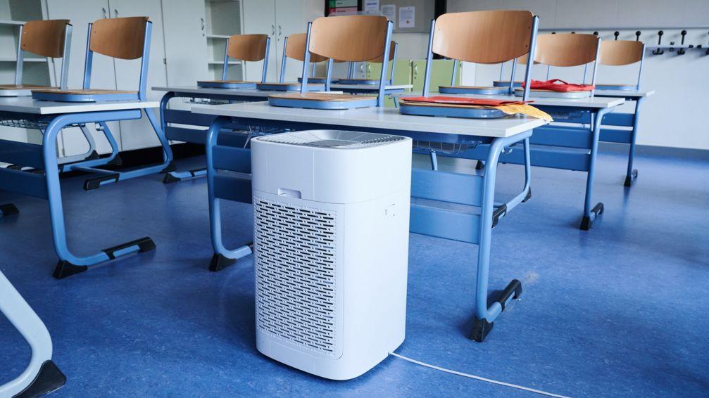 Ein Luftreinigungsgerät steht in einem Klassenraum einer Grundschule (Symbolbild)