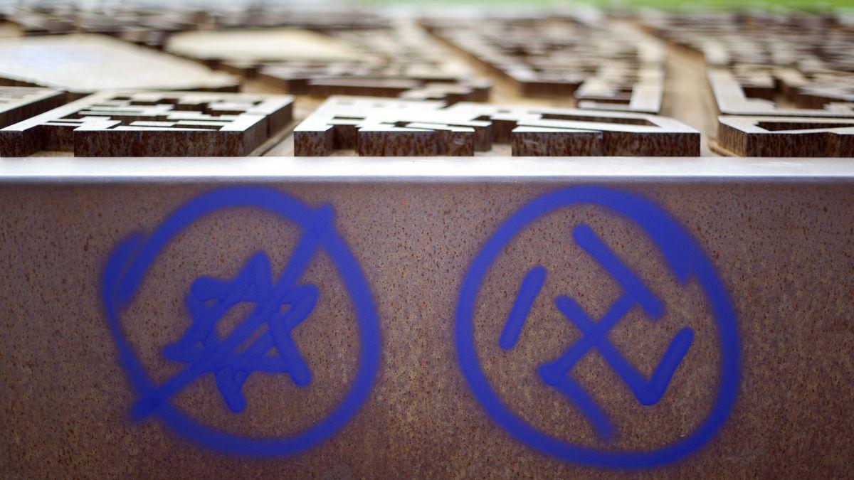 Ein Hakenkreuz und ein durchgestrichener Davidstern sind am 09.06.2013 an einer Gedenkstätte am Nordbahnhof in Berlin