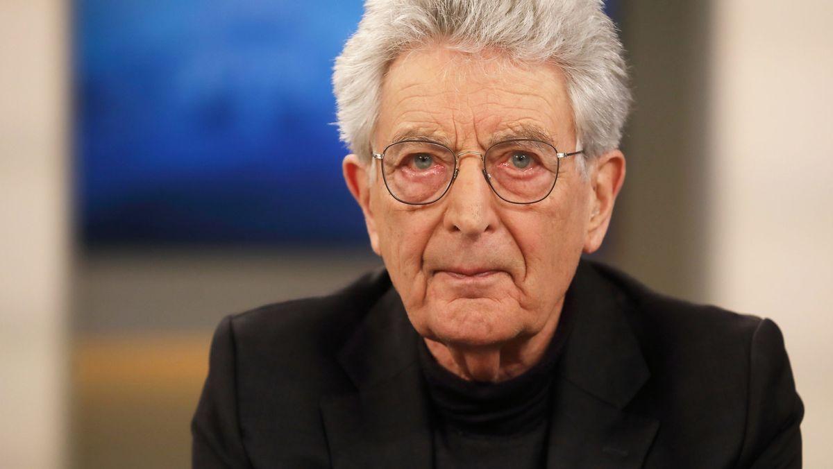 Gerhart Baum, FDP-Politiker und ehemaliger Bundesinnenminister, blickt in die Kamera