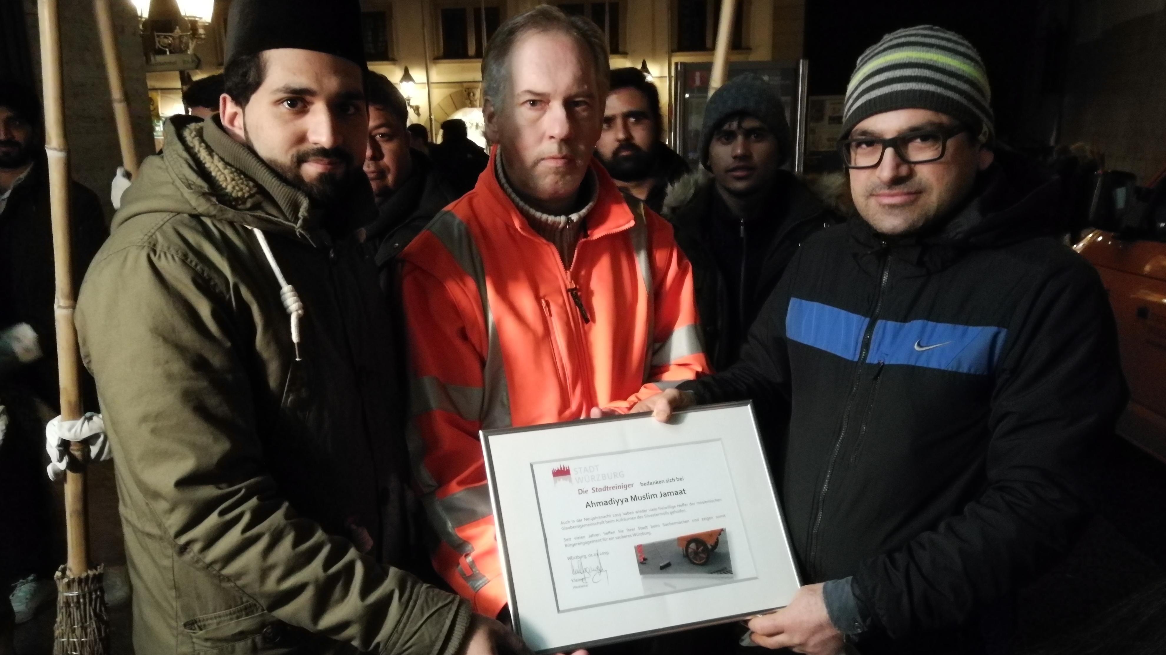 Ahmadiyya-Gemeinde unterstützt Würzburger Stadtreiniger