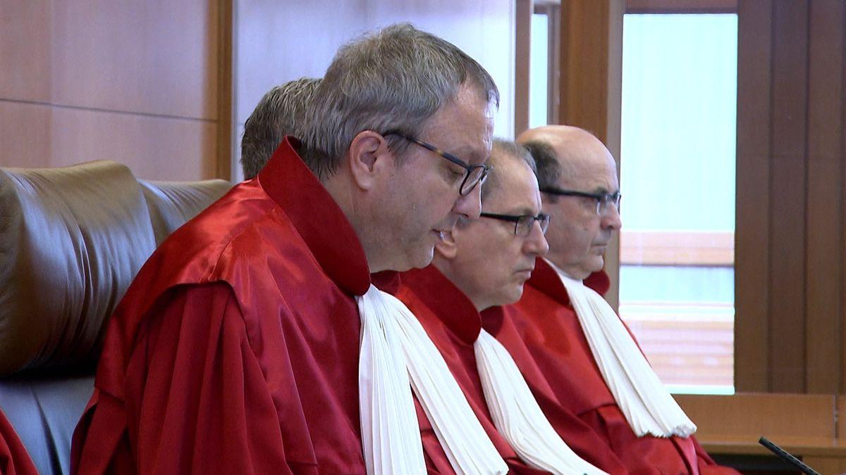 Bundesverfassungsgerichtspräsident Voßkuhle neben seinen Kollegen bei der Urteilsverkündung