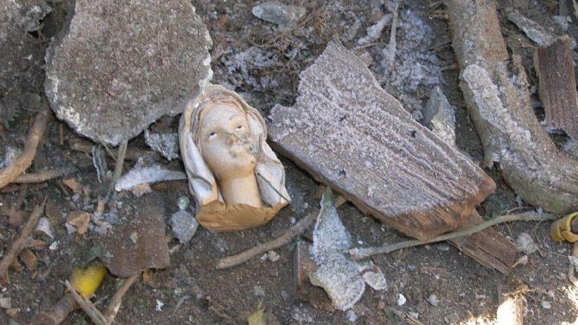 Der durch die Explosion abgeschlagene Muttergottes-Kopf liegt zwischen Trümmern der Grotte