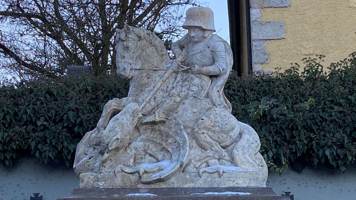 die Granitfigur des drachentötenden Hl. Georg am Kriegerdenkmal bei der Lappersdorfer Pfarrkirche.