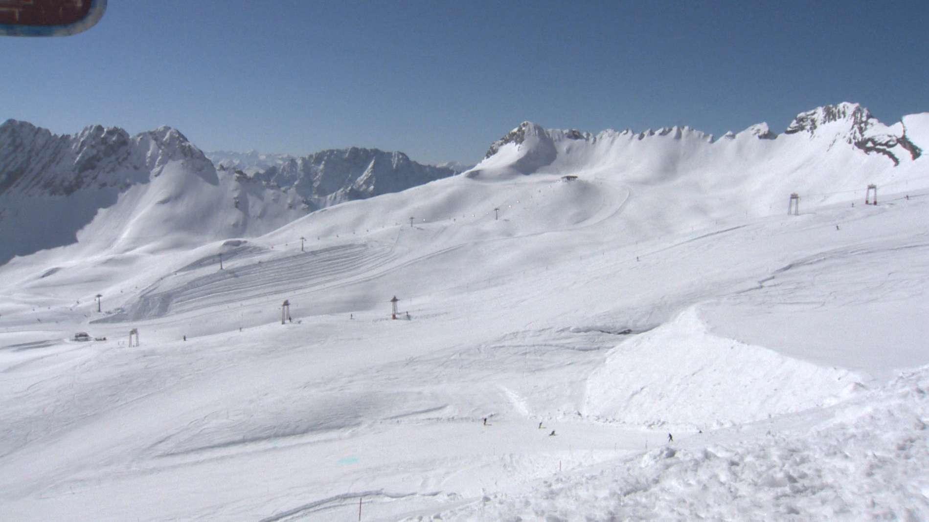 Im Tal ist Frühling, auf dem Berg noch ein Rest Winter. Aber auch auf der Zugspitze endet allmählich die Skisaison - noch können die Wintersportler die Pisten aber für letzte Abfahrten nutzen.
