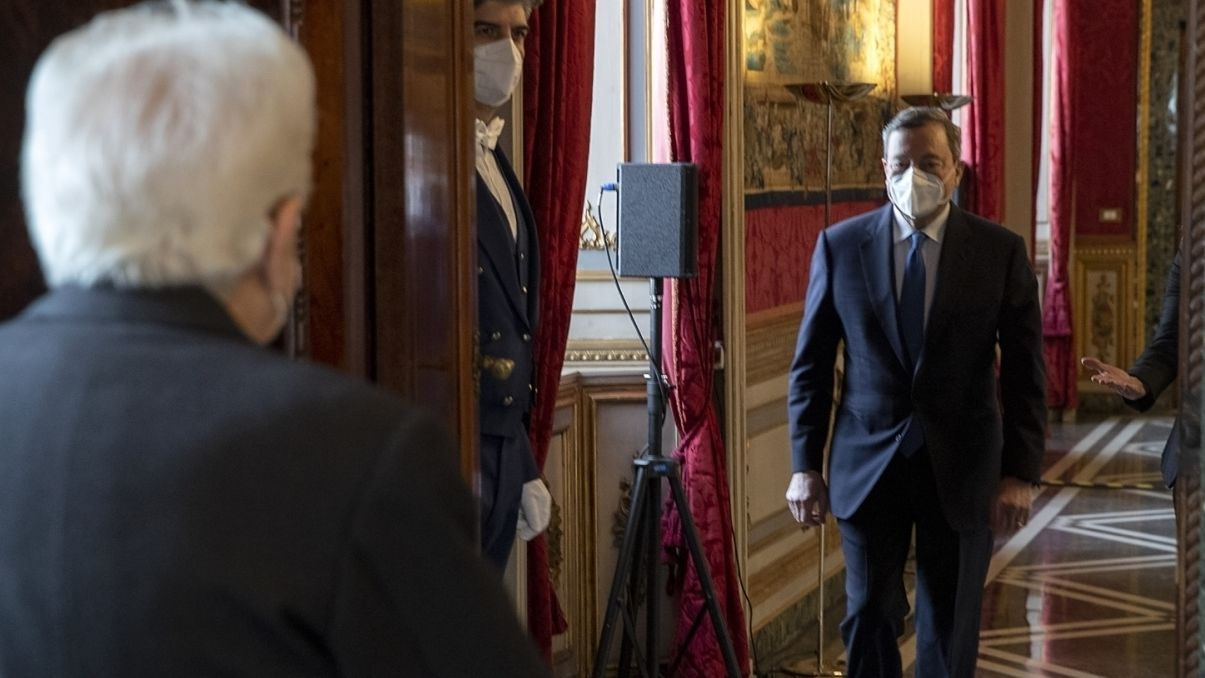 Italiens Staatspräsident Mattarella (l.) hat Ex-EZB-Chef Draghi (r.) ein Mandat zur Bildung eines Kabinetts angeboten.
