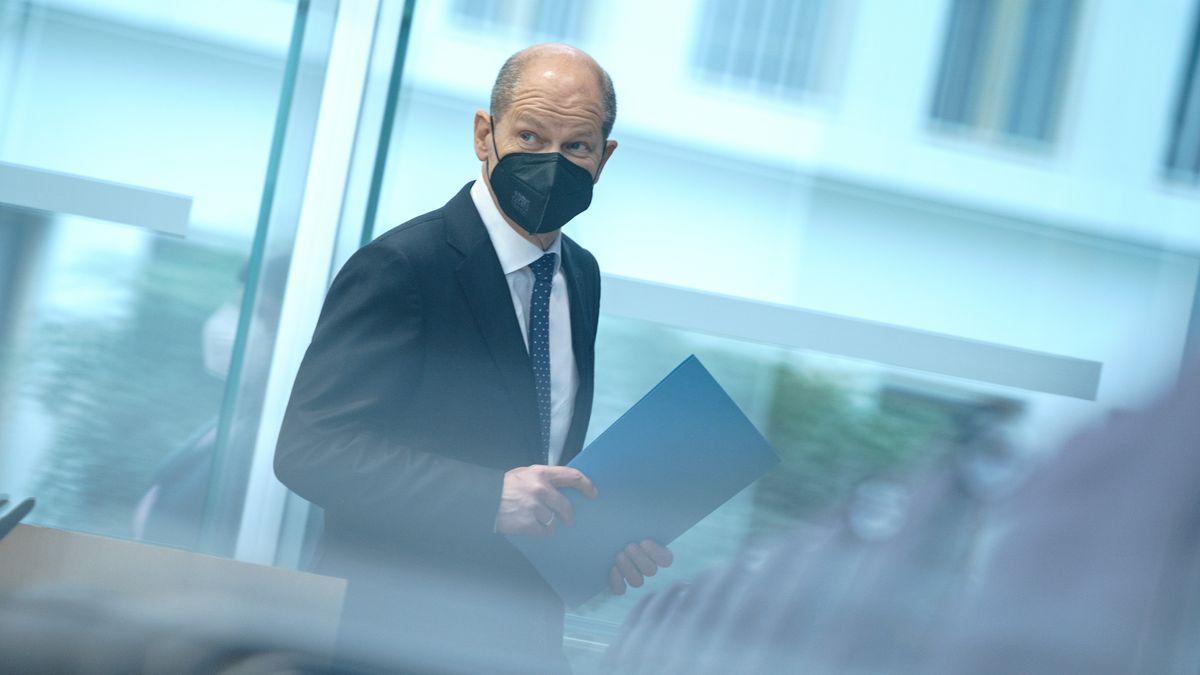 Olaf Scholz (SPD), Bundesminister der Finanzen, kommt mit Mund-Nasen-Bedeckung zur Pressekonferenz zur Steuerschätzung.