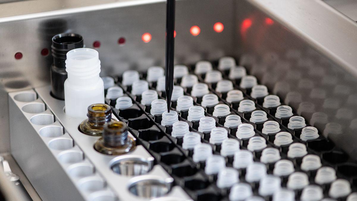 Eine Maschine nimmt im Diagnostiklabor für die Covid-19 Studie der Abteilung für Infektions- und Tropenmedizin der Ludwig-Maximilians-Universität München (LMU) abgetrenntes Plasma einer Blutprobe aus der Studie zur Analyse auf Covid-19 spezifische Antikörper auf.