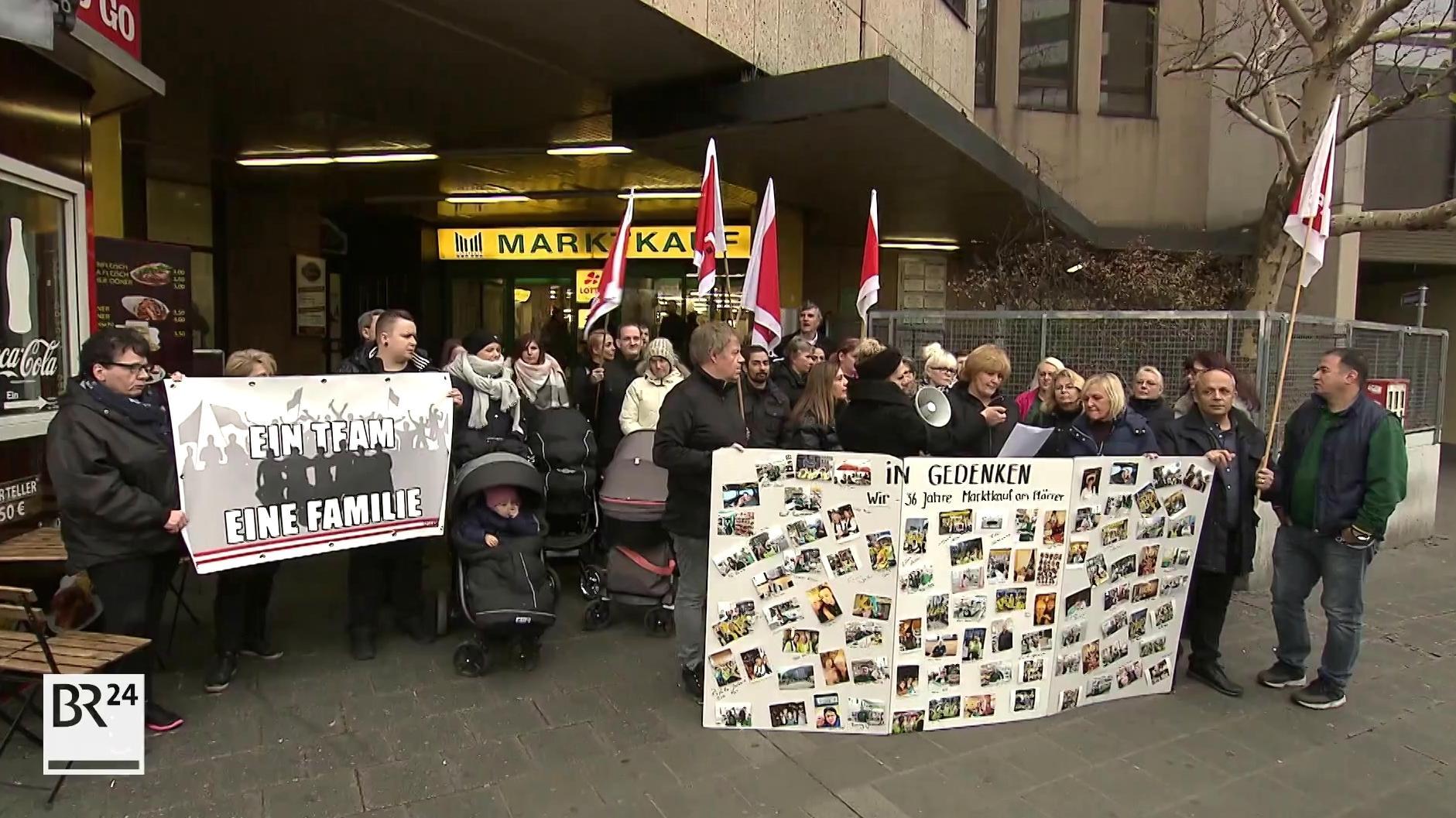 """Rund 30 Mitarbeiter von Marktkauf am Nürnberger Plärrer haben am """"Black Friday"""" gegen den Abbau ihrer Arbeitsplätze demonstriert."""