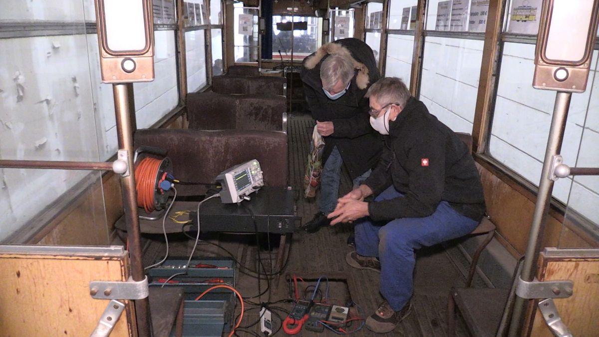Mitglieder des Vereins Historische Straßenbahn Regensburg sowie Experten der OTH hatten den Motor eingesetzt und zum ersten Mal anlaufen lassen.