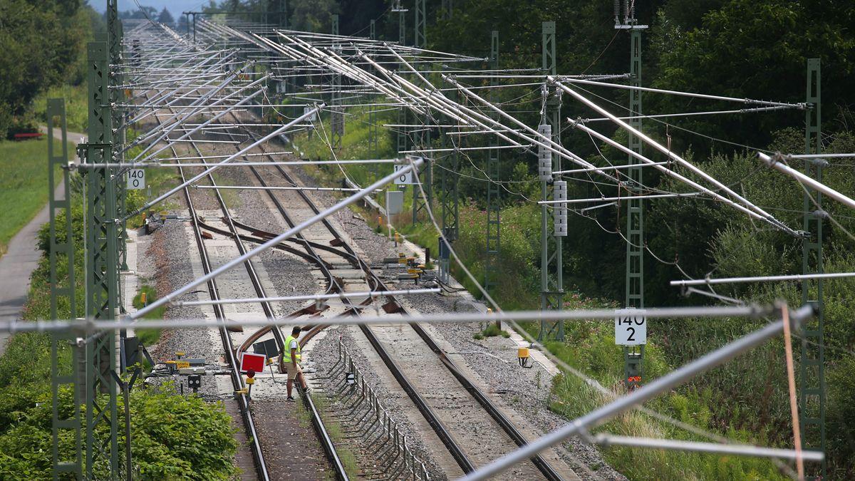 Oberleitungen auf der Bahnstrecke im Allgäu
