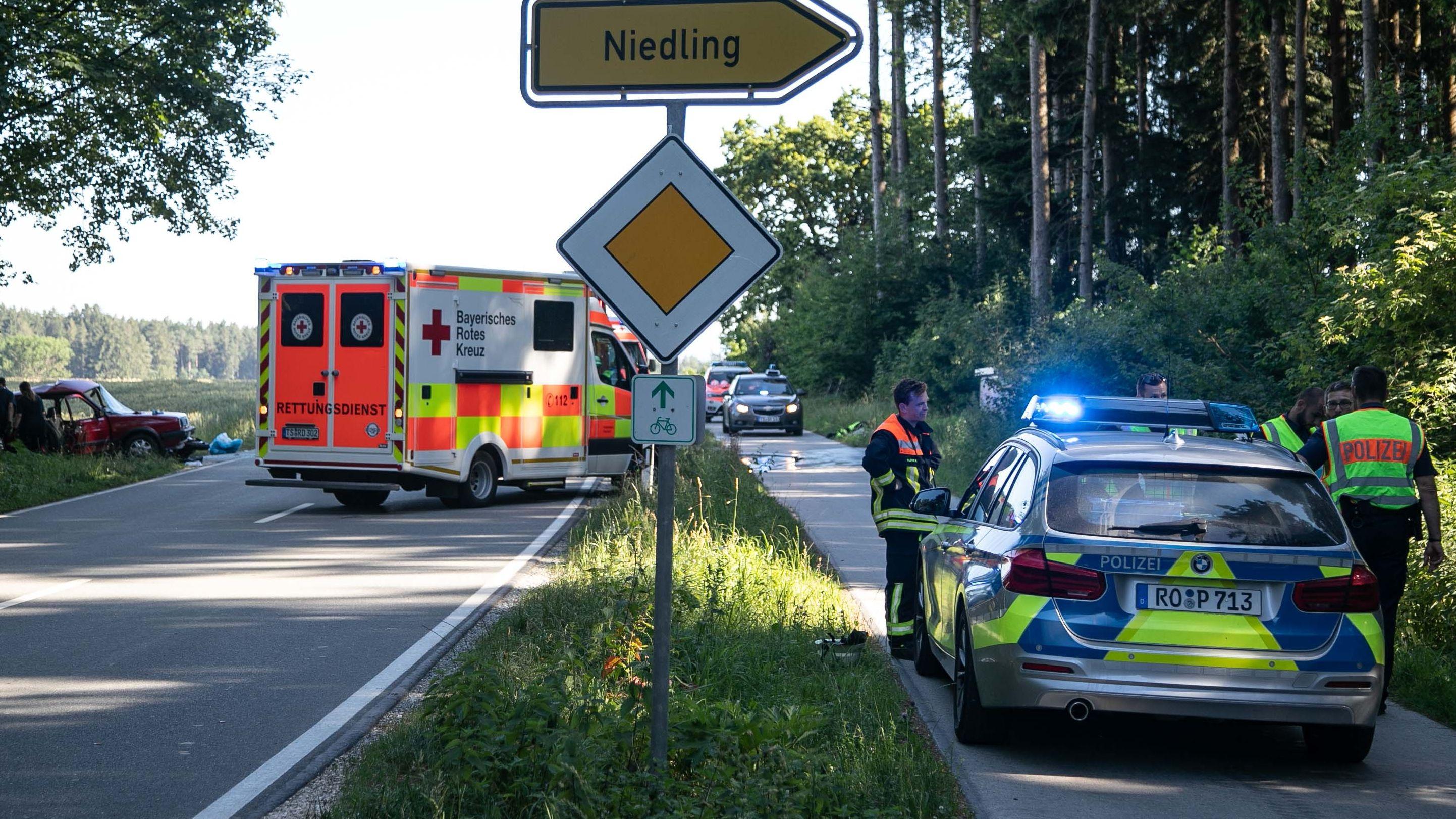 Einsatzkräfte bei der Unfallstelle in der Nähe von Traunreut zwischen Zweckham und Hurtöst.