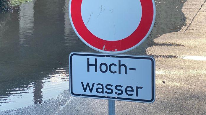 Symbolbild: Sperrschild wegen Hochwassers