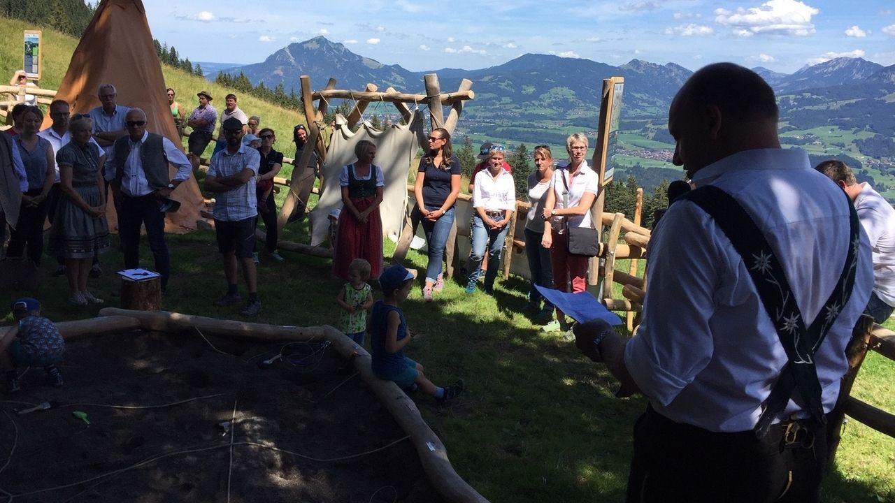 Besucher im Steinzeitdorf