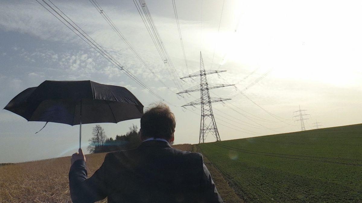 Vor einem halben Jahr, verspürten Menschen leichte Stromschläge unter einer Stromleitung im Landkreis Landshut. Wir hatten den Netzbetreiber konfrontiert, der Verbesserungen zusicherte. Jetzt sind wir mit den gleichen Testpersonen wieder vor Ort.