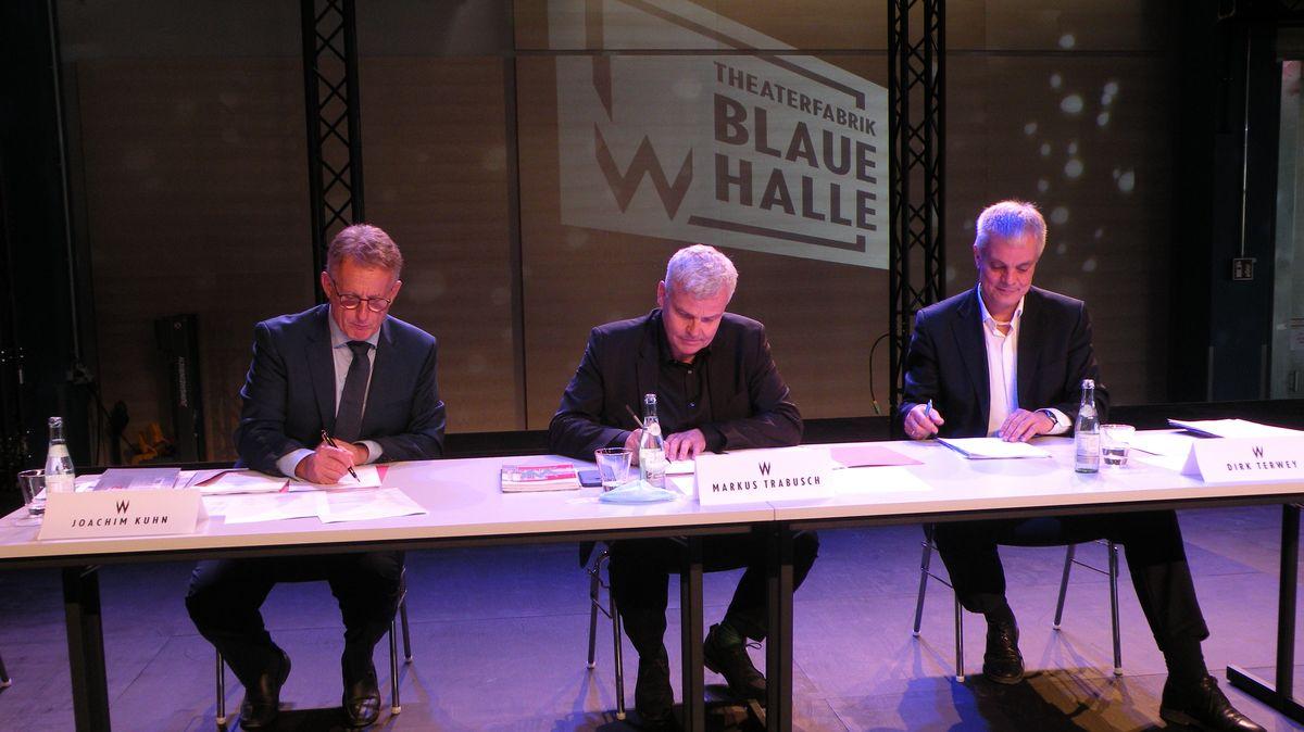 Unterzeichnung des Vertrags: Joachim Kuhn (va-Q-Tec), Intendant Markus Trabusch und Dirk Terwey, Geschäftsführender Direktor Mainfrankentheater