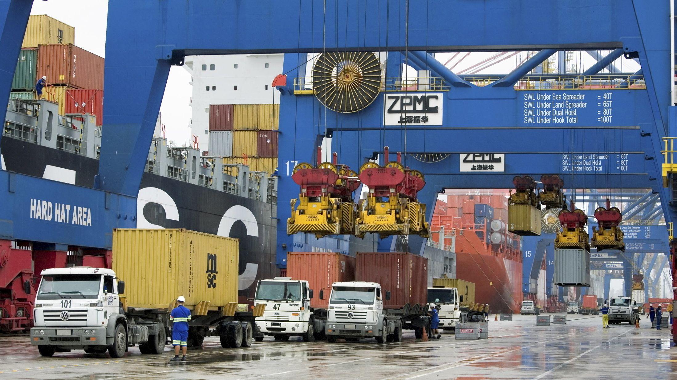 Container werden im brasilianischen Hafen von Santos verladen.