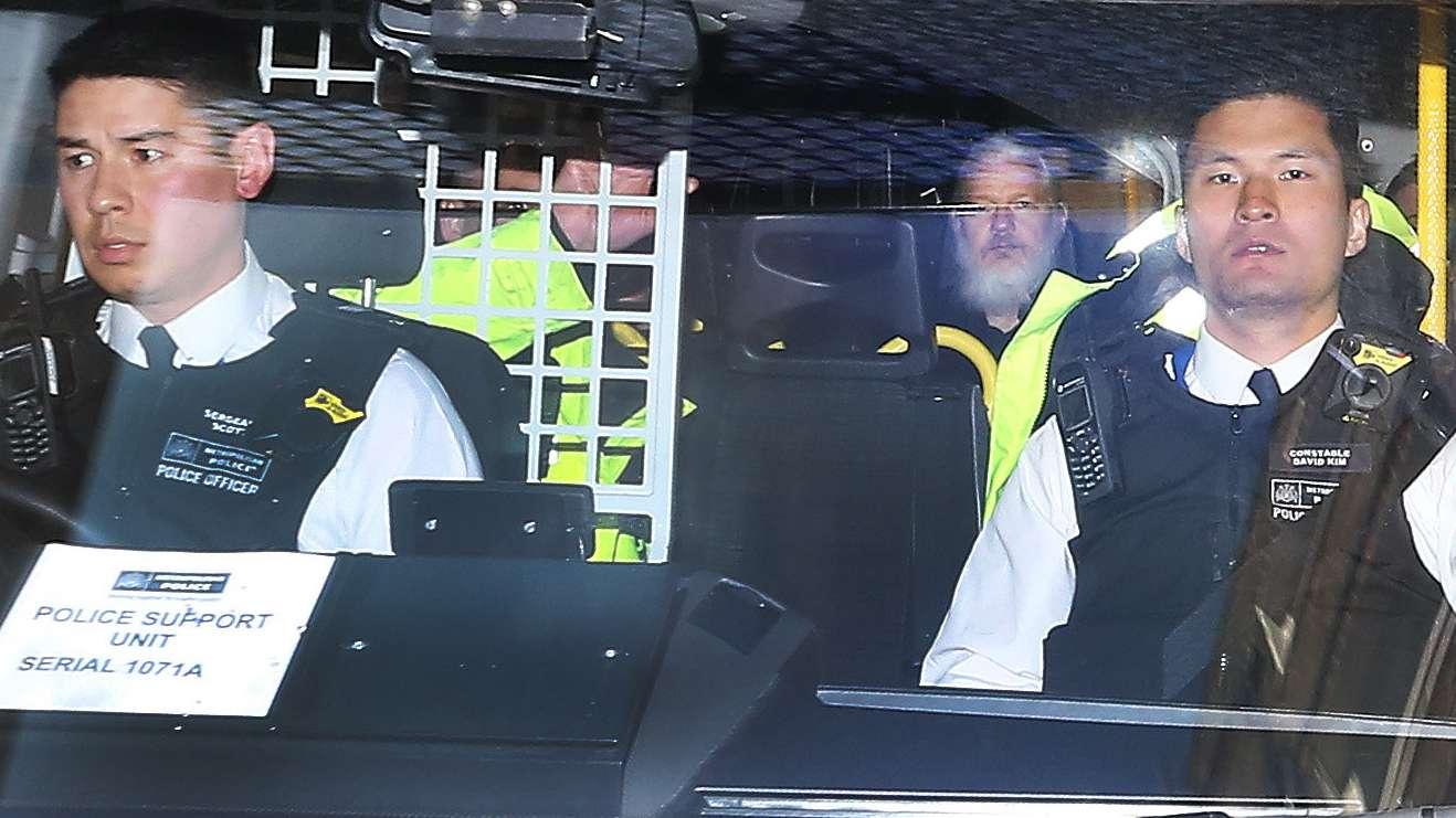 Julian Assange in einem britischen Polizeifahrzeug nach seiner Festnahme.