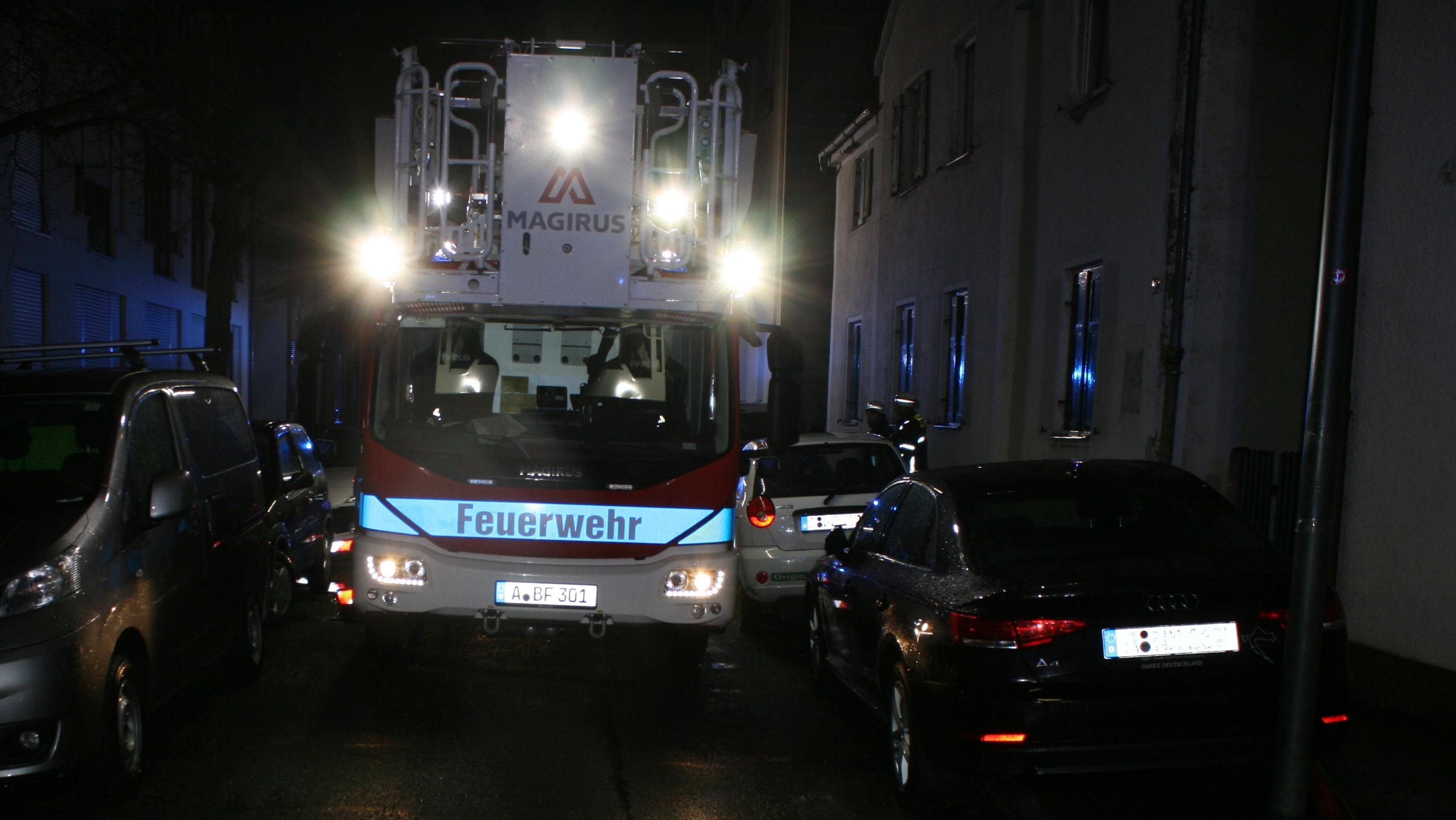 Drehleiter der Feuerwehr bei einem Einsatz in der Schützenstraße in Augsburg