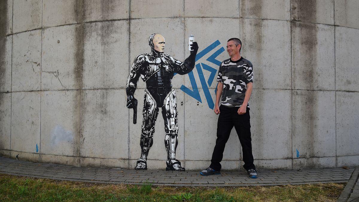 Streetart-Künstler Jamie Paul Scanlon im Klärwerk in Hausen im Landkreis Main-Spessart