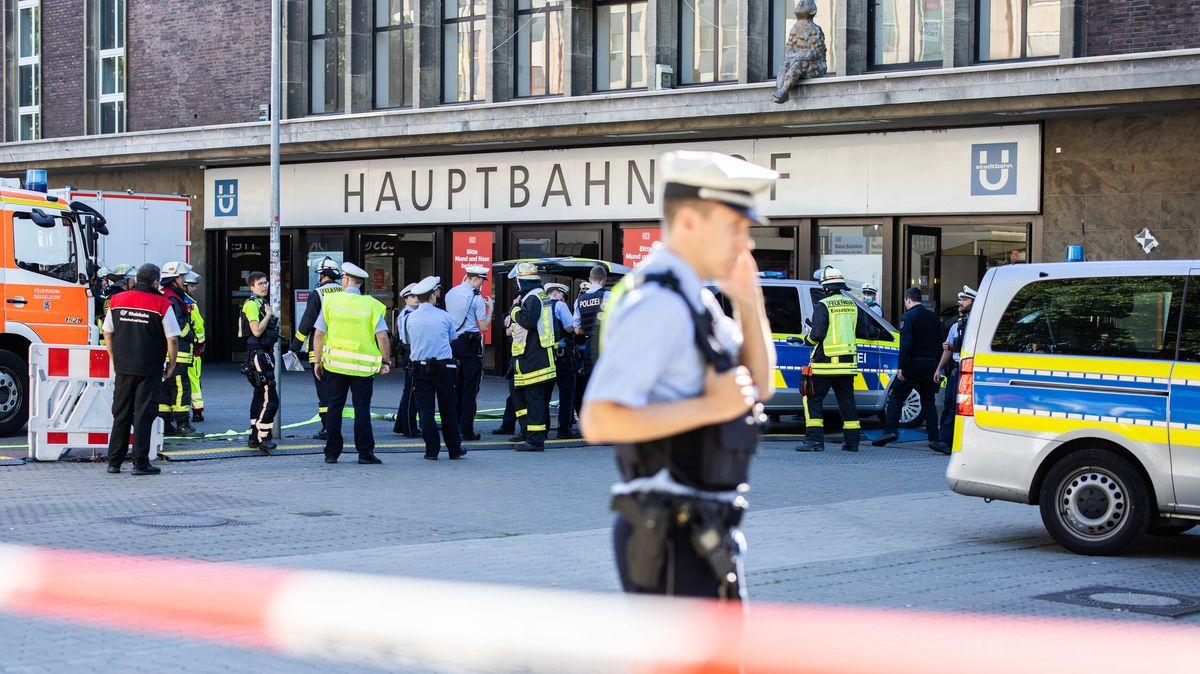 Einsatzkräfte der Polizei und Feuerwehr stehen vor dem Düsseldorfer Hauptbahnhof.