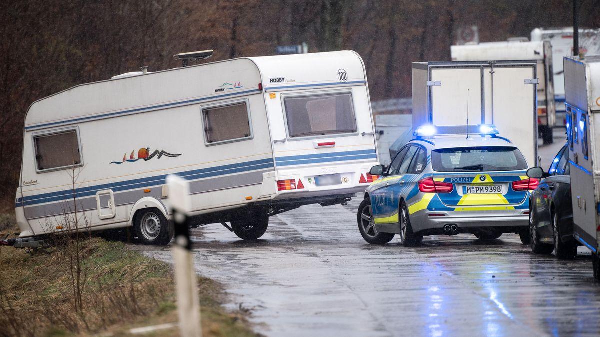 """Die Münchner Polizei sichert einen Wohnwagen, der von """"Sabine"""" von der Straße gedrückt wurde."""
