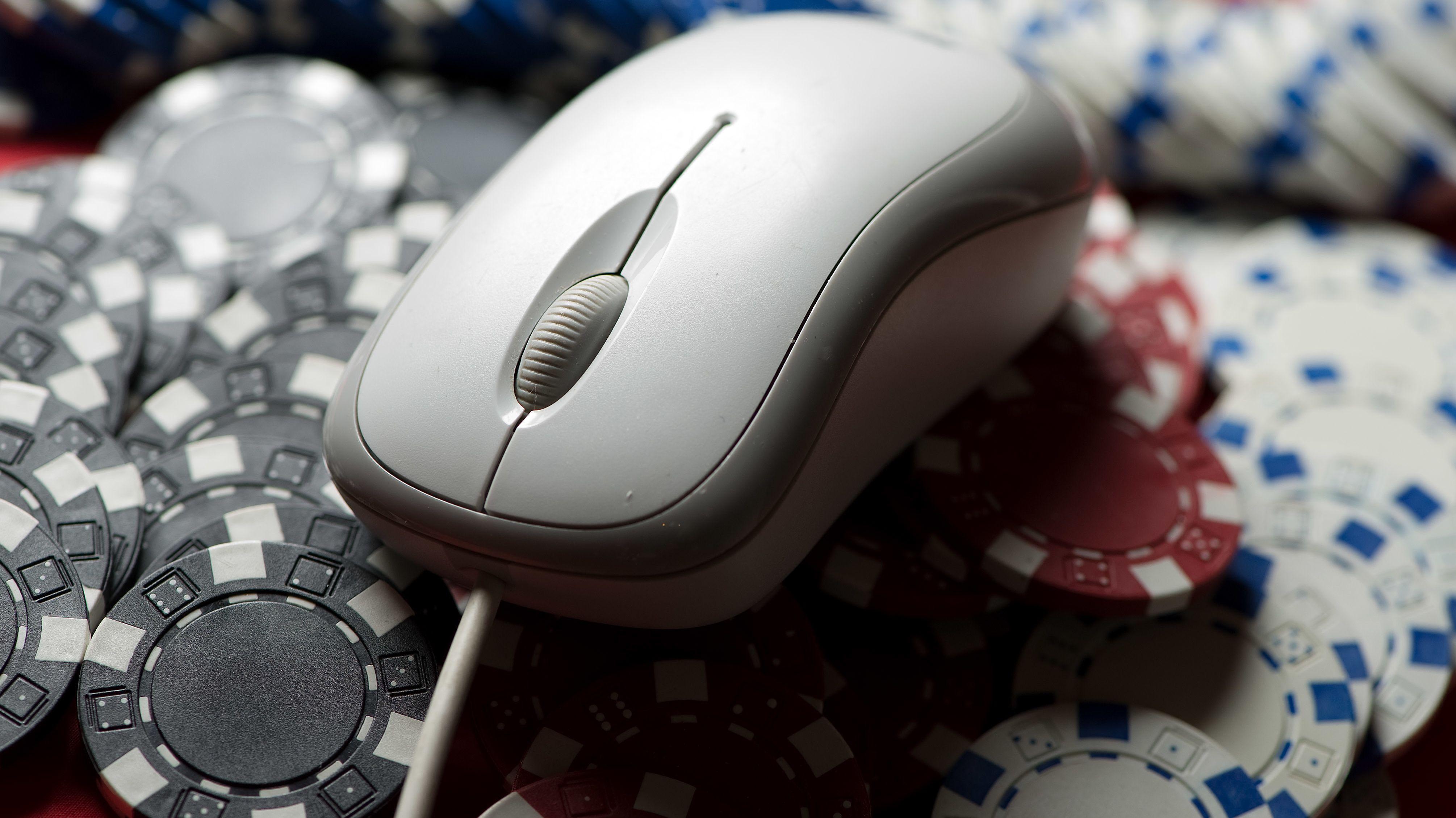 Eine Computermaus auf einem Stapel Glücksspiel-Jetons