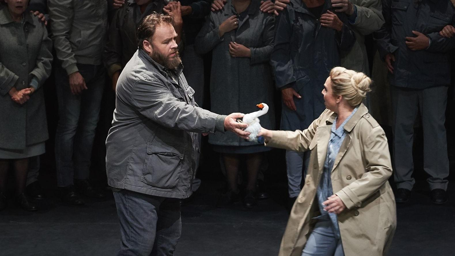 Lohengrin und Elsa halten sich an einem Schwan fest