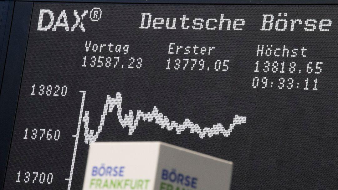 Die Kurve des Deutschen-Aktien-Index (DAX) im Handelssaal der Börse in Frankfurt