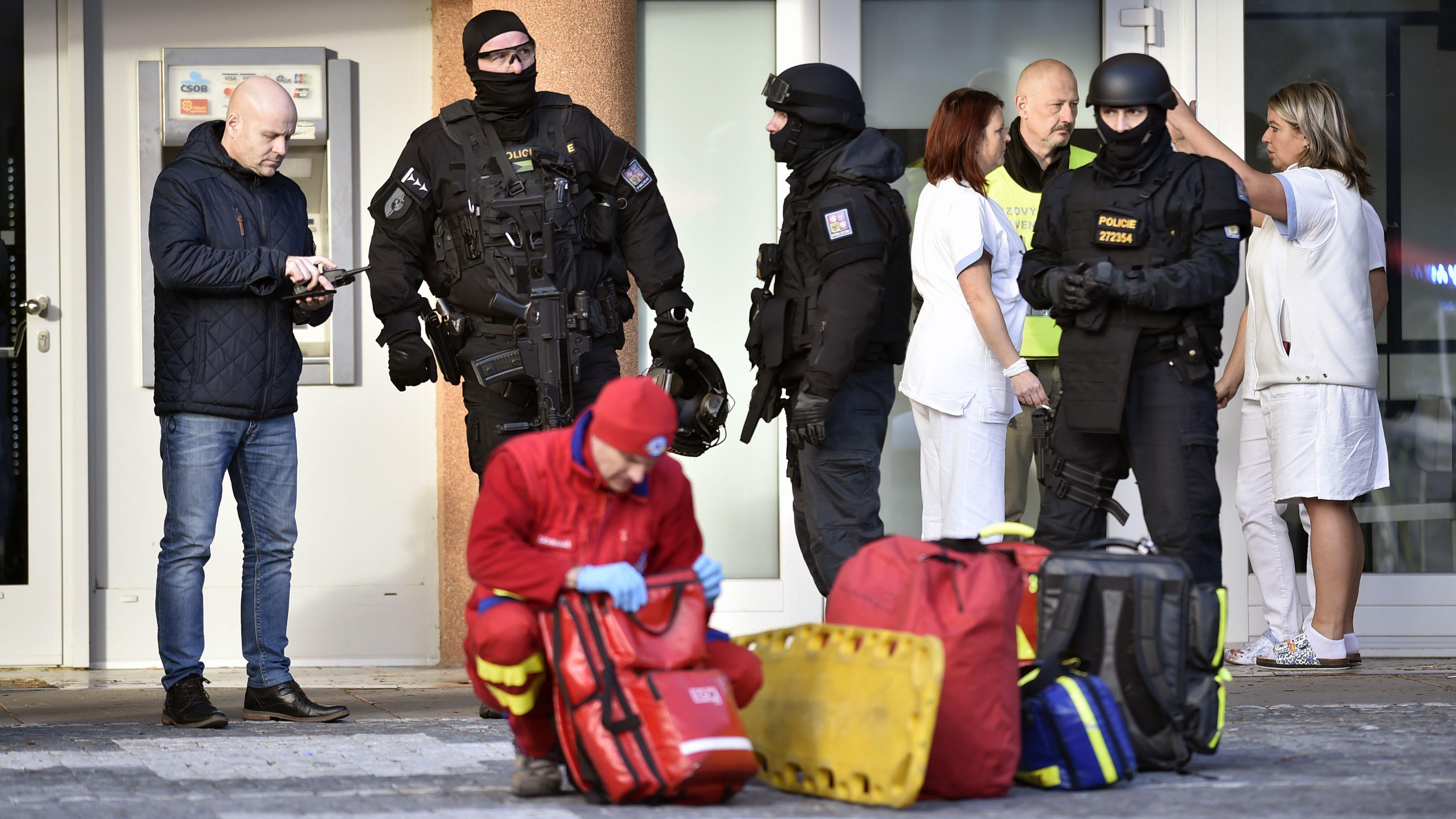 Polizeieinsatz vor dem Krankenhaus im tschechischen Ostrava.