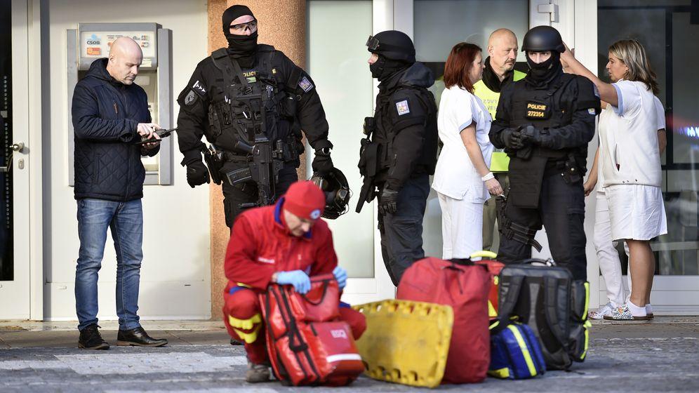 Polizeieinsatz vor dem Krankenhaus im tschechischen Ostrava.   Bild:picture alliance/Jaroslav Ozana/CTK/dpa